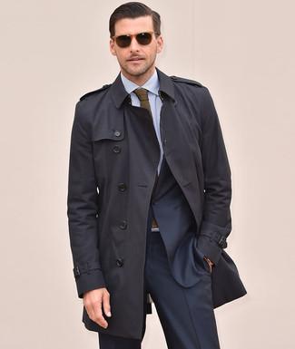 Как и с чем носить: черный плащ, темно-синий костюм, голубая классическая рубашка в вертикальную полоску, оливковый вязаный галстук