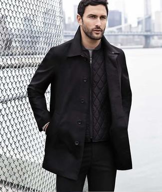 Как и с чем носить: черный плащ, черная стеганая куртка без рукавов, серая футболка с длинным рукавом, черные брюки чинос