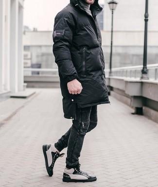 Черно-белые кожаные высокие кеды: с чем носить и как сочетать мужчине: Комбо из черного пуховика и черных джинсов продолжает импонировать парням, которые любят одеваться с иголочки. Пара черно-белых кожаных высоких кед добавит облику расслабленности и беззаботства.