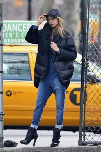 Как и с чем носить: черный пуховик, синий джинсовый комбинезон, черные кожаные ботильоны, черная бейсболка
