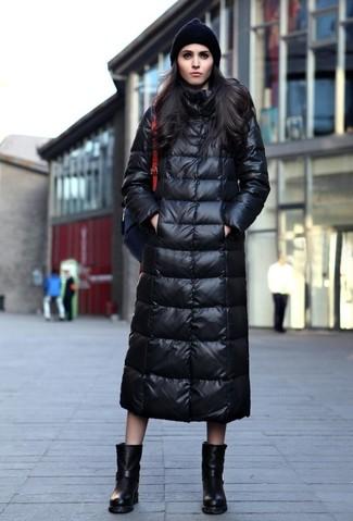 Как и с чем носить: черный пуховик, черные кожаные полусапоги, черный кожаный рюкзак, черная шапка