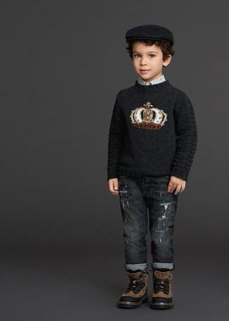 Как и с чем носить: черный свитер с принтом, белая рубашка с длинным рукавом с принтом, темно-серые джинсы, коричневые ботинки