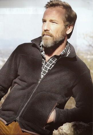 Как и с чем носить: черный свитер на молнии, темно-зеленая рубашка с длинным рукавом в шотландскую клетку, табачные вельветовые джинсы