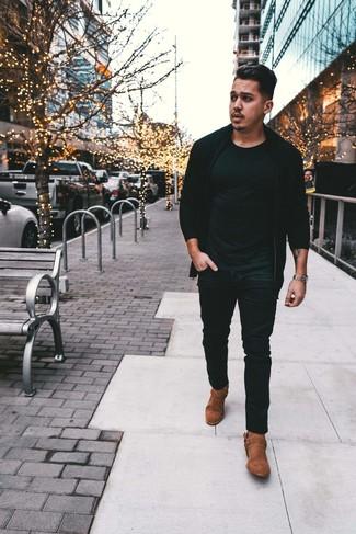 Как и с чем носить: черный свитер на молнии, черная футболка с круглым вырезом, черные джинсы, коричневые замшевые ковбойские сапоги