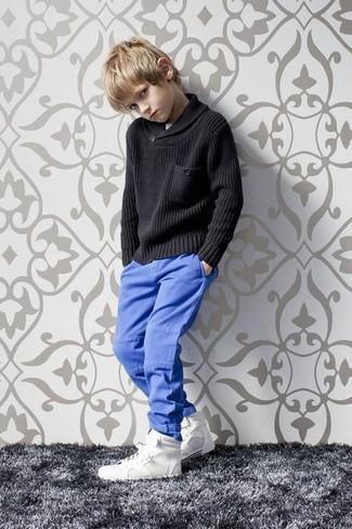 Как и с чем носить: черный свитер, синие брюки, белые кеды