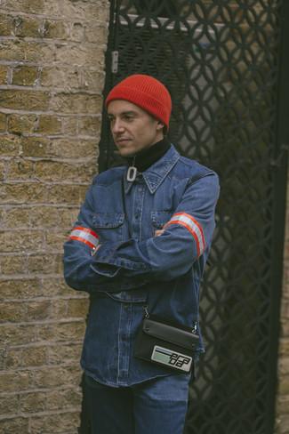 Как и с чем носить: черный свитер с воротником на молнии, синяя джинсовая рубашка, синие джинсы, красная шапка