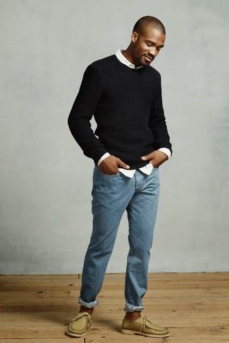 Как и с чем носить: черный свитер с круглым вырезом, белая рубашка с длинным рукавом, синие джинсы, оливковые кожаные топсайдеры
