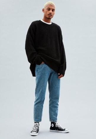 Модные мужские луки 2020 фото: Черный свитер с круглым вырезом и голубые джинсы — выгодные инвестиции в твой гардероб. Незаурядные парни завершат образ черно-белыми высокими кедами из плотной ткани.