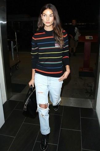 черный свитер с круглым вырезом голубые джинсы бойфренды черные низкие кроссовки черная большая сумка large 5115