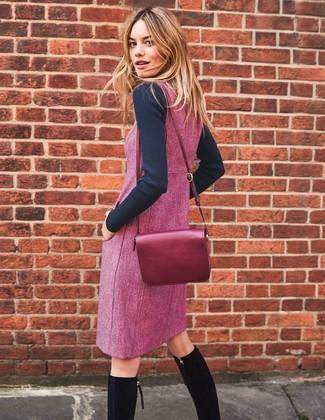 Как и с чем носить: черный свитер с круглым вырезом, пурпурный сарафан, черные замшевые сапоги, пурпурная кожаная сумка через плечо