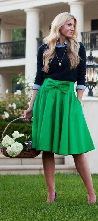 Как и с чем носить: черный свитер с круглым вырезом, серая классическая рубашка, зеленая юбка-миди со складками, золотая подвеска