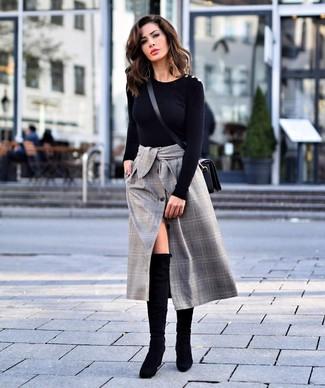 Как и с чем носить: черный свитер с круглым вырезом, серая юбка-миди в шотландскую клетку, черные замшевые ботфорты, черная кожаная сумка через плечо