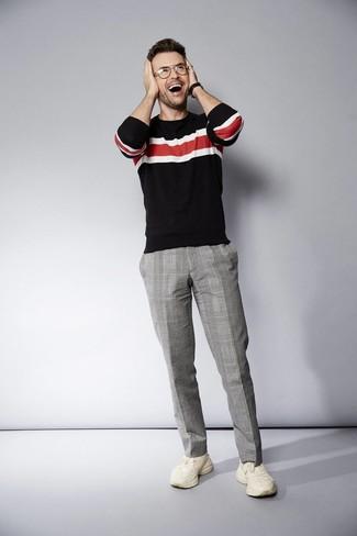 Как и с чем носить: черный свитер с круглым вырезом в горизонтальную полоску, серые классические брюки в шотландскую клетку, бежевые кроссовки, черные кожаные часы