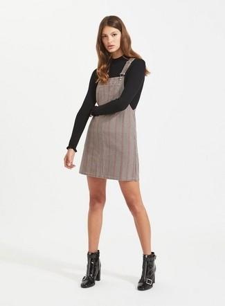 Как и с чем носить: черный свитер с круглым вырезом, серый сарафан в шотландскую клетку, черные кожаные ботильоны