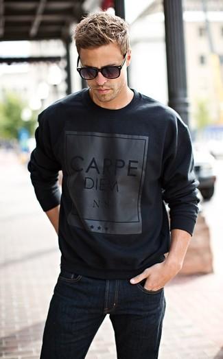 Черный свитер с круглым вырезом с принтом и темно-синие джинсы можно надеть как на работу, так и на прогулку.