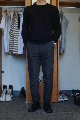 Мода для 30-летних мужчин: Черный свитер с круглым вырезом и темно-серые шерстяные брюки чинос — неотъемлемые вещи в гардеробе мужчин с хорошим чувством стиля. Теперь почему бы не привнести в этот ансамбль на каждый день толику изысканности с помощью черных кожаных туфель дерби?