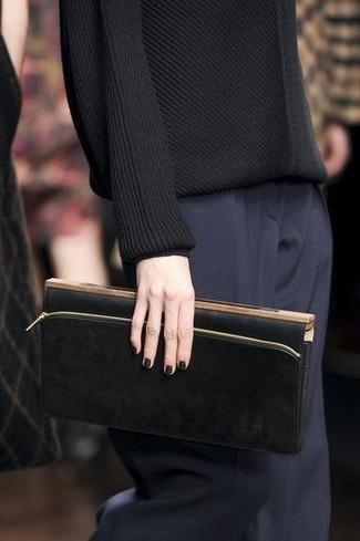 Как и с чем носить: черный свитер с круглым вырезом, темно-синие классические брюки, черный кожаный клатч