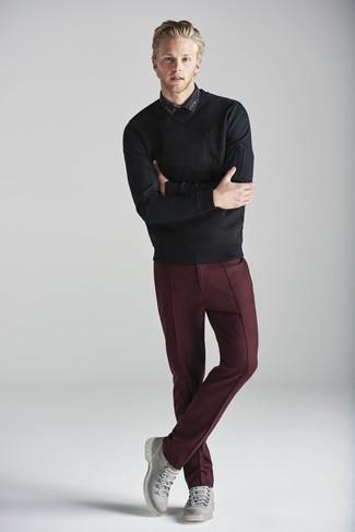 Как и с чем носить: черный свитер с круглым вырезом, черная рубашка с длинным рукавом с принтом, темно-красные классические брюки, серые кожаные повседневные ботинки