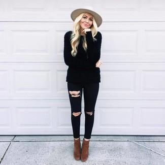 Как и с чем носить: черный пушистый свитер с круглым вырезом, черные рваные джинсы скинни, темно-коричневые замшевые ботильоны, бежевая шерстяная шляпа