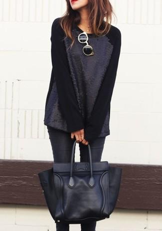 Как и с чем носить: черный свитер с круглым вырезом с пайетками, черные джинсы скинни, черная кожаная большая сумка, черно-золотые солнцезащитные очки