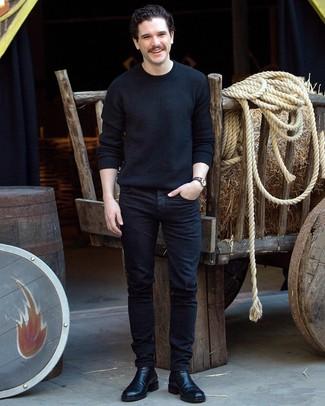 Как и с чем носить: черный свитер с круглым вырезом, черные джинсы, черные кожаные ботинки челси, темно-синие часы из плотной ткани в горизонтальную полоску