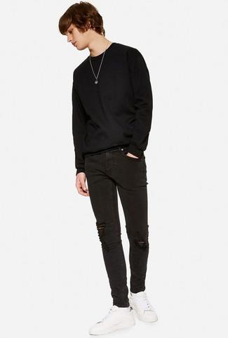 Как и с чем носить: черный свитер с круглым вырезом, черные рваные зауженные джинсы, белые кожаные низкие кеды, белые носки