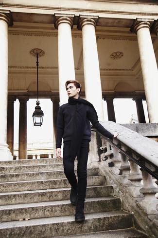 Как и с чем носить: черный свитер с круглым вырезом, черные зауженные джинсы, черные замшевые повседневные ботинки, черный шарф