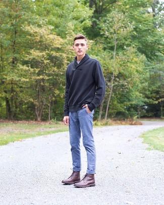 Как и с чем носить: черный свитер с отложным воротником, серая футболка с круглым вырезом, синие брюки чинос из шамбре, темно-красные кожаные повседневные ботинки