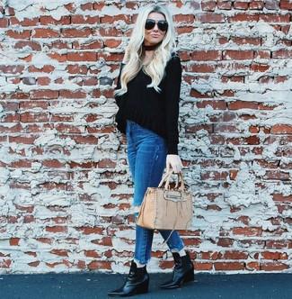 Как и с чем носить: черный свитер с v-образным вырезом, синие рваные джинсы скинни, черные кожаные ботильоны на танкетке, бежевая кожаная большая сумка