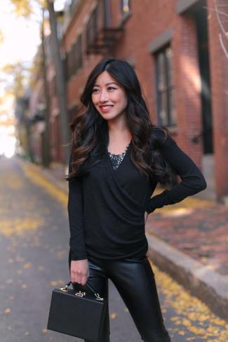 Как и с чем носить: черный свитер с v-образным вырезом, черная кружевная майка, черные кожаные узкие брюки, черная кожаная сумочка