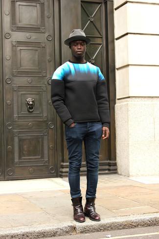 Как и с чем носить: черный свитшот с принтом, темно-синие зауженные джинсы, темно-красные кожаные ботинки челси, серая шерстяная шляпа