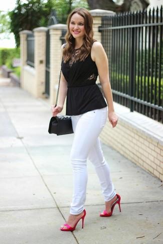Как и с чем носить: черный топ без рукавов, белые джинсы скинни, ярко-розовые сатиновые босоножки на каблуке, черная кожаная стеганая сумка через плечо