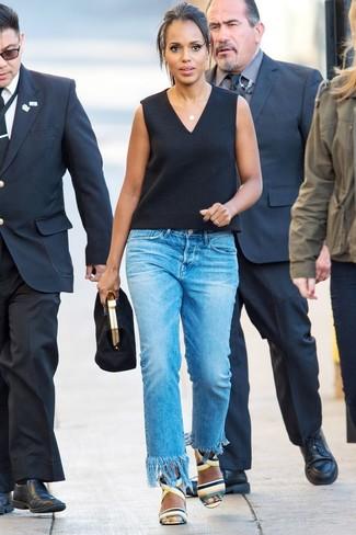 Как и с чем носить: черный топ без рукавов, синие джинсы c бахромой, разноцветные кожаные босоножки на каблуке, черный замшевый клатч