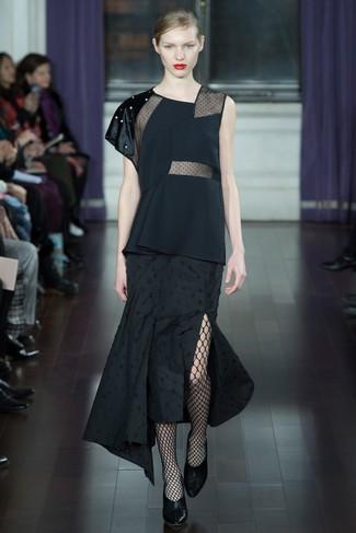 Как и с чем носить: черный топ без рукавов, черная юбка-миди со складками, черные кожаные туфли, черные колготки в крупную сеточку
