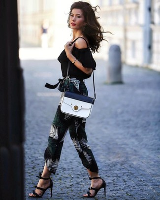 Как и с чем носить: черный топ с открытыми плечами, черные брюки-галифе с принтом, черные кожаные босоножки на каблуке, бело-темно-синяя кожаная сумка через плечо