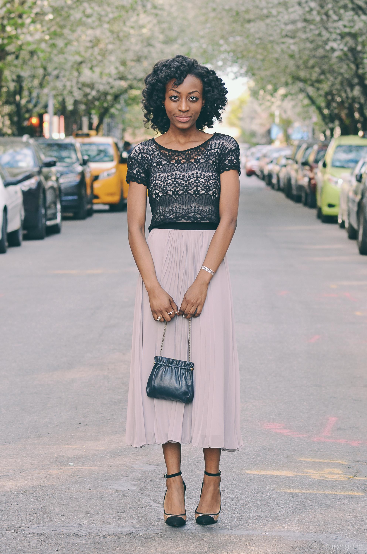 Бежевая юбка и черный топ