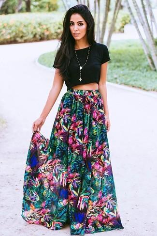 Как и с чем носить: черный укороченный топ, разноцветная длинная юбка с цветочным принтом, черная подвеска из бисера