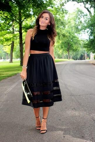 Как и с чем носить: черный укороченный топ, черная пышная юбка, черные кожаные босоножки на каблуке, черно-белый кожаный клатч