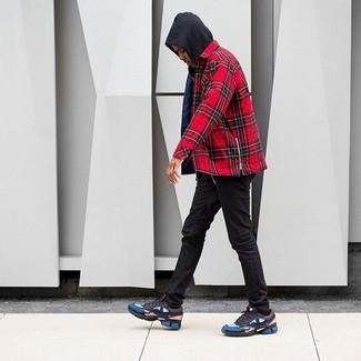 Как и с чем носить: черный худи, красная рубашка с длинным рукавом в шотландскую клетку, черные зауженные джинсы, разноцветные кроссовки