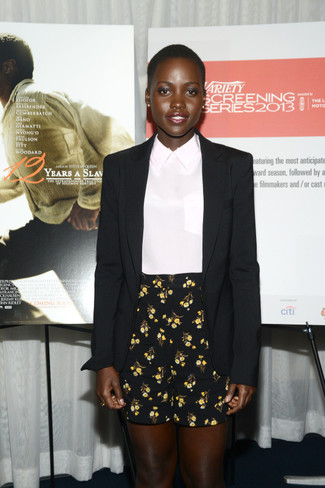 черный шелковый пиджак белая шелковая блуза с коротким рукавом черные шорты с цветочным принтом large 1263