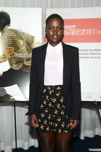 черный шелковый пиджак белый шелковый блуза с коротким рукавом черные шорты с цветочным принтом large 1263