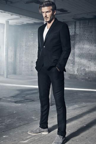Как David Beckham носит Черный шерстяной костюм, Белая футболка с круглым вырезом, Серые замшевые туфли дерби