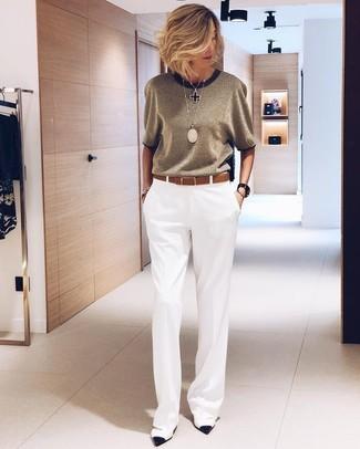 Как и с чем носить: белые широкие брюки, бело-черные кожаные туфли, коричневый кожаный ремень, черная подвеска