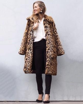 Как и с чем носить: светло-коричневая шуба с леопардовым принтом, белая блуза на пуговицах с вышивкой, черные джинсы скинни, черные замшевые туфли