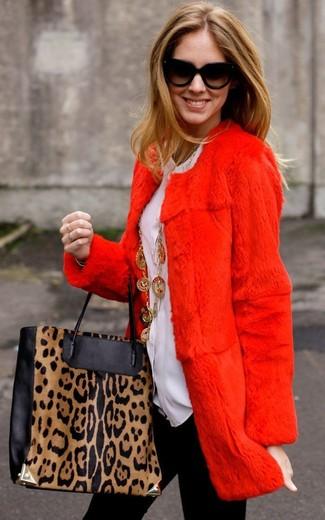 Как и с чем носить: красная шуба, белая блуза на пуговицах, черные леггинсы, черно-светло-коричневая кожаная большая сумка с леопардовым принтом