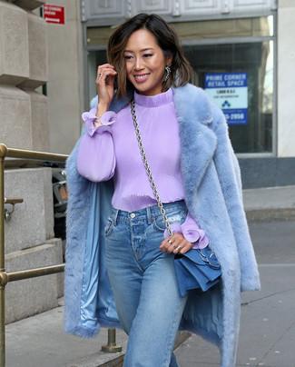 Как и с чем носить: голубая шуба, светло-фиолетовая блузка с длинным рукавом, голубые джинсы-бойфренды, синяя джинсовая сумка через плечо