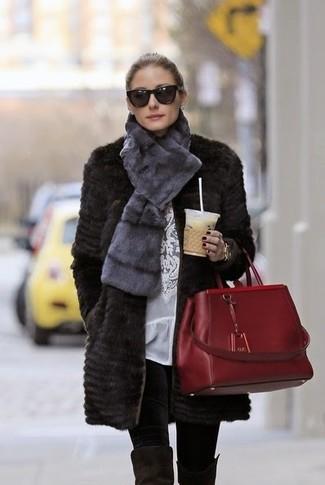 Как Olivia Palermo носит Черная шуба, Белая кружевная блузка с длинным рукавом, Черные леггинсы, Черные замшевые ботфорты