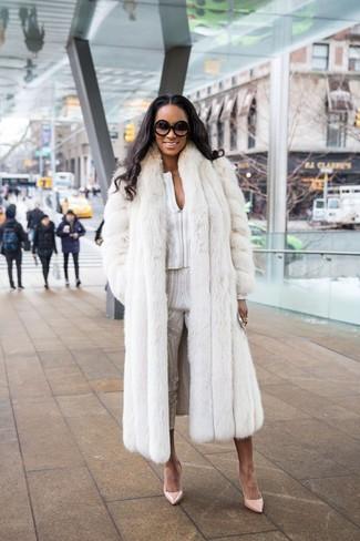 Как и с чем носить: белая шуба, белая блузка с длинным рукавом с принтом, белые узкие брюки с принтом, бежевые кожаные туфли