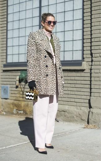 Как и с чем носить: бежевая шуба с леопардовым принтом, оливковый бомбер, розовая водолазка, белые широкие брюки