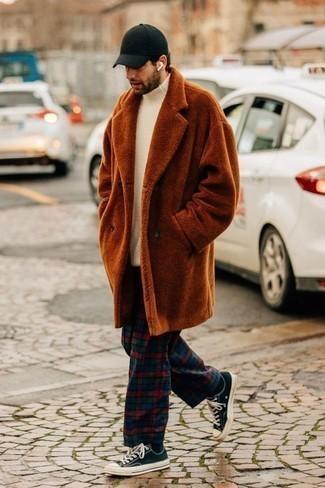 С чем носить белую шерстяную водолазку мужчине: Если превыше всего ты ценишь комфорт и практичность, тебе понравится дуэт белой шерстяной водолазки и разноцветных брюк чинос в шотландскую клетку. Очень подходяще здесь смотрятся темно-сине-белые низкие кеды из плотной ткани.